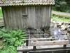 Vattenrännan som leder till skvalthjulet under byggnaden
