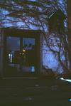 Allmänhetens entré till den stora tingssalen. Tingsklockan skymtar i mörkret till höger i bild.
