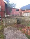 Den enkla byggnadskroppen medpulpettak som sammanbinder kvarn, till väsnter, och såg, till höger