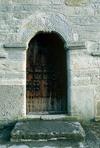 Hardemo kyrka från väster, rundbågig dörröppning i tornet