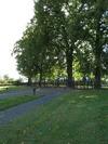 Kyrkogårdens entré i öster.