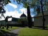 Kyrkan och gravkapellet på norra sidan.