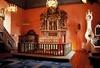Koret, med prästbänken till vänster om altarringen, samt trappan upp till orgelläktaren.