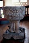 Den medeltida dopfunten, sidan mot väster.