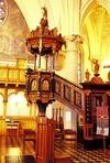 Predikstolen, ett praktfullt barockarbete från 1672 av Marcus Jäger, inköpt från Christine kyrka i Göteborg 1797 till den gamla kyrkan i Lysekil.