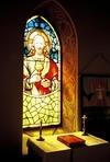 En av glasmålningarna i sakristian