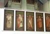 De äldre målningarna uppsatta på läktarbröstningen.