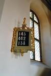 Nummertavla och långhusfönster i Hjo kyrka. Neg.nr. 03/241:11. JPG.