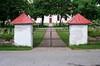 Södra entrén till kyrkogården.
