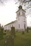 Vessige kyrka med omgivande kyrkogård sedd från nordväst.