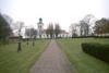 Södra delen av kyrkogården med kyrkan i fonden.