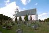 Gunnarps kyrka med omgivande kyrkogård.