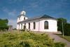 Slöinge kyrka med omgivande kyrkogård.