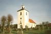 Gällinge kyrka med omgivande kyrkogård sedd från sydväst.