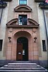 Detalj av fasad i den äldre delen. Entéparti mot allén.