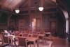 Tingssalen med pardörren som leder in i salen från foajén.