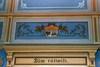 Kopparbergs tingshus, i tingssalen syns deviser och vapen som målats ovan bröstningspanelen.
