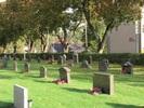 Kvarter D i kyrkogårdens sydöstra hörn med låga vårdar från mellan- och efterkrigstid.