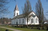 Vrigstad kyrka ligger orienterad med huvudfasaden mot landsvägen i norr, koret är södervänt. En typisk landsortskyrka i brytningstiden mellan nyklassicism och nygotik.