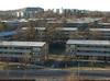 Väster om Skärholmens centrum ligger i den flacka dalgången ett stort bostadsområde med lamellhus med loftgångar.