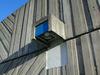 Skärholmen, Måsholmen 2,3,4,26,27, Ekholmsvägen   Skärholmsterrassen utformades med diagonalt, vågrätt och lodrätt räfflade betongelement, vilket skapar en spännande dynamik och skuggverkan i ytan. Kubistiska belysningsarmaturer av armerad betong samspelar med den robusta gestaltningen.