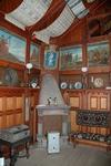 Höganloftsstugan har öppen spis, bildfris och är med möblerad med långbord.