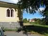 Församlingshemmets östra knut med prästgården i fonden.