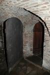 Stenlagt golv och bräddörrar i källaren