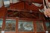 """Höganloftssalen har en bildfris som löper över alla väggar med """"vikingamotiv"""". Frisen gjordes av makarna Hanna och Mårten Eskil Winge. I rummets västra del finns ett galleri ovan salen."""