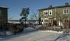 Sthlm, Skärholmen, Furuholmen 3-202, Bullerholmsgränd 1-137, Högholmsgränd 2-56, Varpholmsgränd 5-83, I Skärholmens kuperade terräng har bostadsområdena ofta fått en hög placering. De boende erbjuds därmed många fina vyer.