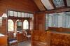 Sovrummet på övervåningen har omålade väggar och allmogetextilier i taket.