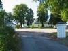 Infarten till parkerinsplatsen öster om kyrkogården. Detta omnämns i äldre kartbeskrivningar som kyrkvallen.