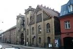 Katedralskolan 8, Lund. Portbyggnad norr om Karl XII-huset, uppförd 1862 efter ritningar av Helgo Zettervall. Fasad mot Stora Södergatan, vy från nordost.