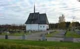 Den friliggande begravningsplatsen invigdes 1920. Gravkapellet, även det i nationalromantisk stil och ritat av Falkenberg, ligger i mitten av området och de äldsta gravarna som är grusgravar med stenramar ligger väster om kapellet. Begravningsplatsen är utvidgad mot öster och söder 1942 och på 1960-talet. Kapellet är påtagligt slutet, i synnerhet den ursprungliga delen. Tillbyggnaden med ny entré och RWC gjordes i samma stil 1990. Grusgravskvarteren stärker gravkapellets och begravningsplatsens ursprungliga karaktär och är därför viktiga att bibehålla.