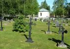 Ett stenkast nedanför kyrkstaden, på andra sidan en gles tall-skogsdunge, ligger gamla kyrkogården vackert beläget intilByskeälven. Den anlades 1872, utvidgades mot väster 1925 och lades tillstora delar om (bl.a. grus till gräs) på 1970-talet. I den västra delen med allmänfält finns påtagligt mångträ- och järnkors. I bakgrunden skymtar gravkapellet.