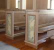 Kyrkan har tidstypiska öppna bänkkvarter. Molnformationerna på bänkgavlarna är målade av konstnären Eric Jehrke.