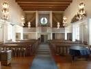 Läktarbarriären och orgelfasaden samverkar med den ovan nämnda värdefulla inredningen till att ge kyrkorummet en lugn och värdig karaktär.