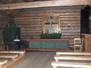 All inredning var borta efter perioden som loge så den fick nytillverkas 1940. De bara timmerväggarna, det obehandlade såpskurade golvet (ditflyttat från annan byggnad), det öppna taketsynliga takbjälkar och den enkla bänkinredningen ger en tidstrogen karaktär, medan predikstolen och altarringen i plywood genom materialval och utförande upplevs mer moderna.