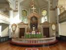 Den symmetriska och pampigt uppbyggda altarväggen avgränsar kyrkorummet från sakristian i absidens bottenvåning. Utblicken mot absiden och dess korfönster är betydelsefull. Den rundbågiga altartavlan av Gerda Höglund tillkom 1934 och ersatte krucifixet som nu står på altaret.