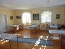 Samlingssalen användes ursprungligen som skolsal också. Kombinationen kyrksal och församlingssal i samma byggnad är typiskt för de många bönhus som uppfördes under samma tid.