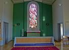 Berta Hanssons modernistiska altarfönster från 1960 fångar besökarens uppmärksamhet, inte minst genom sin färgprakt. Tillsammans med de vinröda bänkarna har det stor betydelse för kyrkorummets karaktär. Altarringen, altaret och fondväggens gröna kulör tillkom också vid restaureringen 1960.