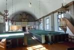 Det tunnvälvda taket och predikstolen utgör de tydligaste uttrycken för kyrkorummets ursprungliga nyklassicism. Läktaren byggdes om från rak till konkav 192224. Den modernistiska orgeln är från 1959.