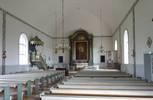 Predikstolen från byggnadstiden och altaruppsatsen från 1920, med altartavlan (målad 1833 men använd som altartavla först fr.o.m. 1920) dominerar kyrkorummet. Snickerierna från olika tider är fint samstämda och bidrar till kyrkans ålderdomliga karaktär, men bänkinredningen från 1966 är påtagligt enklare och mer modernistiskt avskalad. Bänkinredningen och golvet minskar upplevelsen av autenticitet i kyrkorummet.