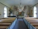 Ursprungligen hade kyrkorummet en rak korvägg med bakomliggande sakristia och uppgång därifrån till en altarpredikstol. Detta ändrades 1931 när sakristian gjordes om till kor och en ny sakristia byggdes till i nordost. Predikstolen flyttades då till sin nuvarande plats och altarringen och altartavlan tillkom. Arkitekturmåleriet från kyrkans byggnadstid målades över 1877 och förstördes sedan delvis av ombyggnaden 1931, men togs fram igen 1966. Den slutna bänkinredningen har kvar sin ursprungliga karaktär, liksom färgsättningen som är ändrad några gånger men har sitt ursprung i 1800-talet och håller ihop helheten fint. Mycket av inredningen, bl.a. ljuskronorna, är från kyrkans byggnadstid. Frånvaron av moderna inslag är viktig för kyrkorummets ålderdomliga och sakralt värdiga karaktär.
