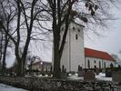 Vickelby kyrka med omgivande kyrkogård.