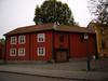 Onkel Adamsgården, kv Adam 16, Linköping. Biostadshuset (husnr 1) och till höger magasin och stall (husnr 9001). Vy från Hunnebergsgatan, nordväst