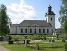 Svegs kyrka med omgivande kyrkogård sett från norr.    Isa Lindkvist & Christina Persson, bebyggelseantikvarier vid Jämtlands läns museum, inventerade kyrkan mellan 2005-2006. De var även fotografer till bilderna.