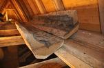 Eventuellt en ålderdomlig ränndal. Plåtskodda tjärade ekstockar. Foto: Daniel Eriksson, Bygg- & Hantverk i Karlskoga/Traditionsbärarna